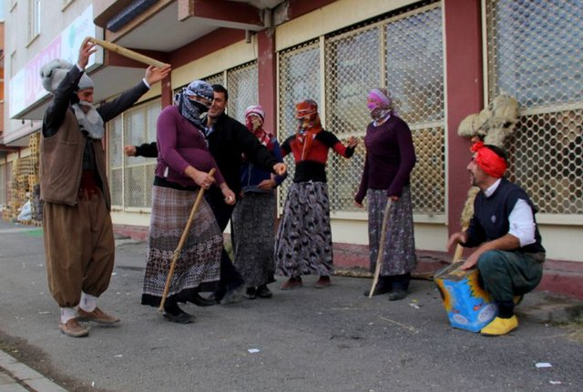 Erzurum'da kadın kıyafetleri giyen erkekleri görenler polise haber verdi