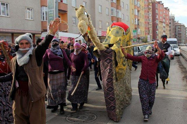 Erzurum'da kız evden alınırken 'deve oyunu' oynanıyor