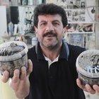Adana'da bir berber 6 yıldır kullandığı jiletleri atmayıp biriktiriyor