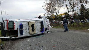 Zonguldak'ta ambulans ile otomobil çarpıştı