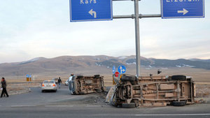 Kars'ta kamyonet ile öğrenci servisi çarpıştı: 14 yaralı