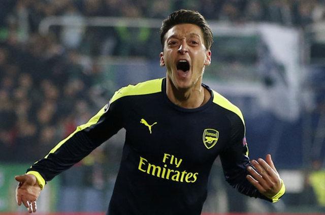 Arsenal'de forma giyen Türk asıllı Alman futbolcu Mesut Özil'in kulübü ile olan sözleşmesini yenilediği iddia edildi