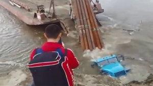 Demir boruları gemiye yüklemek isteyen TIR sulara gömüldü