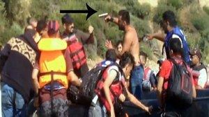 Silah zoruyla kayalıklara bırakılan kaçaklar kurtarıldı