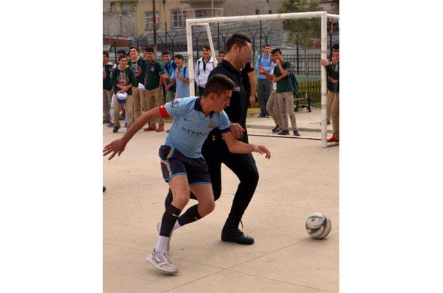 Adana'da polis ekipleri operasyon sonrası öğrencilerle futbol oynadı