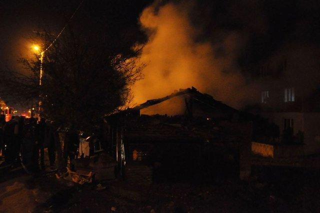 Bursa'da 3 ailenin yaşadığı ev kül oldu