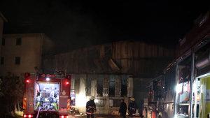 Tuzla'da bir mobilya deposunda yangın çıktı