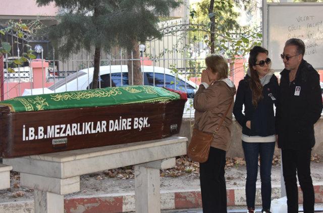 Oyuncu Barış Falay'ın annesi son yolculuğuna uğurlandı