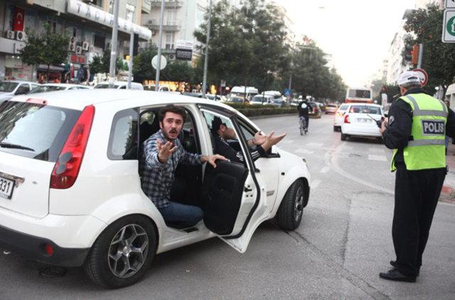 Adanaspor taraftarı, içerisinde 3 yaşında bir kız çocuğunun olduğu aracı taşladı