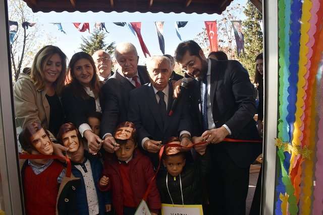Kreşin öğrencileri Tarık Akan maskeleri takarak sanatçıyı andı