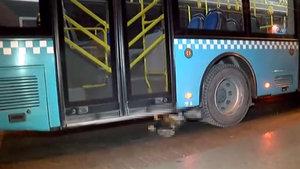 Eyüp'te otobüs çarptığı adamı metrelerce otobüsün altında sürükledi