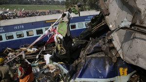 Hindistan'da yolcu treni raydan çıktı: 100'e yakın ölü