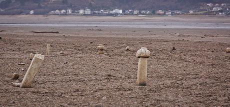 Suların altından tarihi mezarlar ortaya çıktı