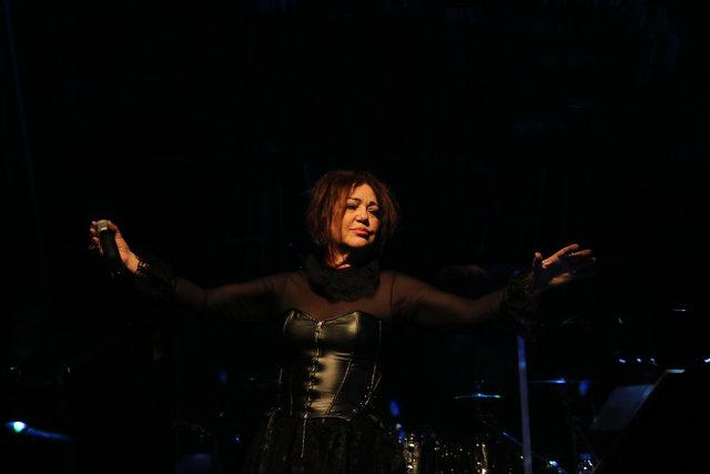 Nazan Öncel'den kara duvaklı protesto