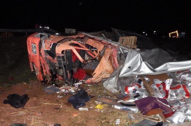 Sakarya'da pamuk yüklü kamyon uçuruma devrildi
