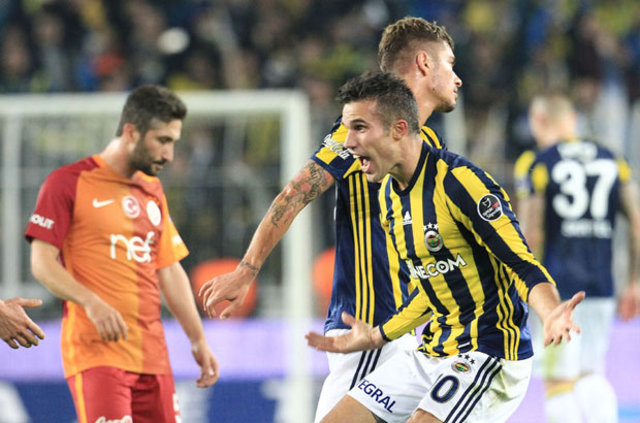 """2 gole imza atıp Cimbom'u yıkan Van Persie, maç sonunda """"Fenerbahçe'deki kariyerimin en özel anı"""" dedi"""