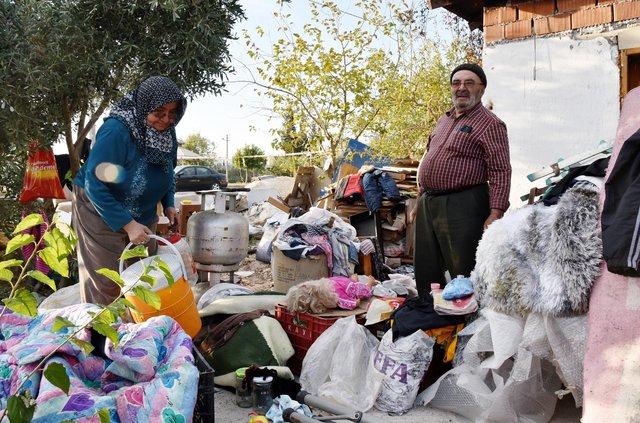 Antalya'da evi yanan çift sokakta kaldı