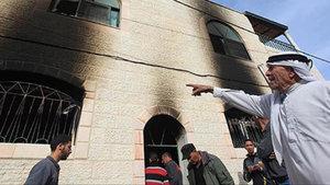 Yahudi yerleşimciler Filistinli aileye ait bir evi yaktı