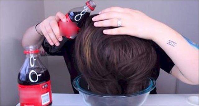Saçlarını kola ile yıkadı