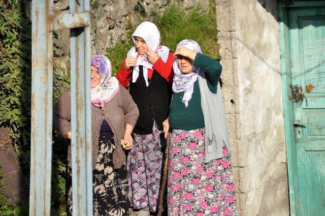 Trabzon'da yamaçtan kopan kayalar evlerin üzerine düştü
