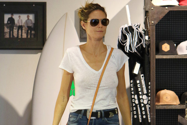 Heidi Klum sütyensiz gezdi