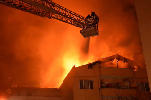 Oğlunu yangından kurtarmak için balkondan aşağı bıraktı