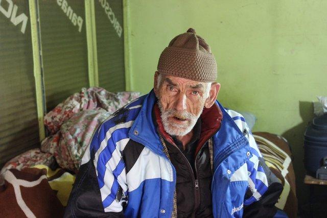 Bursa'da yaşayan yaşlı adam demir barakada kalıyor