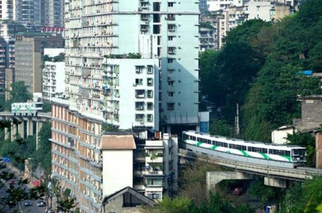 İçinden metro geçen apartman!