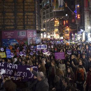 Kadınlar erkek şiddetine karşı yürüdü