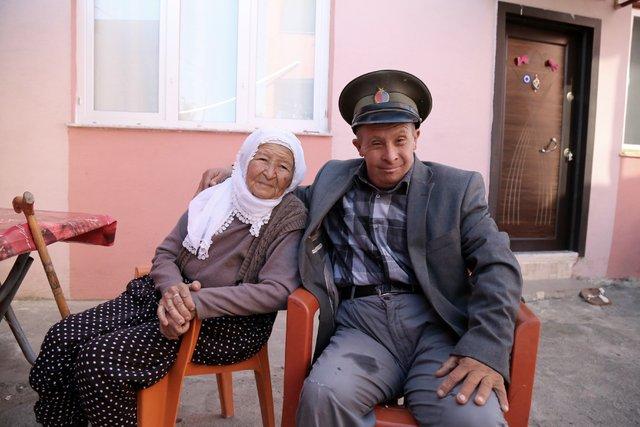 Hatay'da yaşayan down sendromlu Ramazan Önal, 35 yıldır Hemzemin geçitte nöbet tutuyor