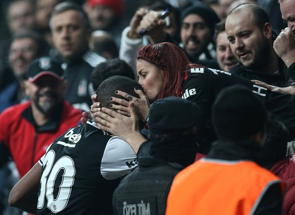 Beşiktaşlı bir taraftar, beraberlik golünü atan Marcelo'nun kafasını öptü...