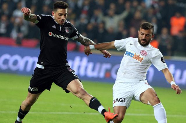 Fenerbahçe, Beşiktaş'ın eski yıldızı Jose Sosa'nın peşinde...