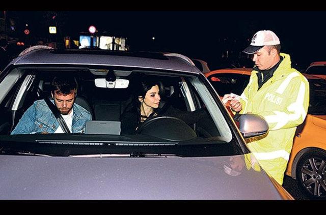 Merve Boluğur ve Murat Dalkılıç trafikte alkol kontrolüne katıldı