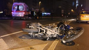 İstanbul'da refüje çarpan motosiklet sürücüsü öldü