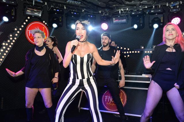 Ünlü popçu Hande Yener, Türk popunun üç büyükleri arasında kendi ismini de saymasına tepki gösterenlere cevap verdi