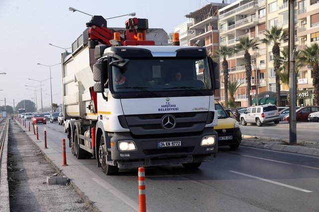 İzmir'de çöp kamyonu şoförlüğü yapan kadın görenleri şaşırtıyor