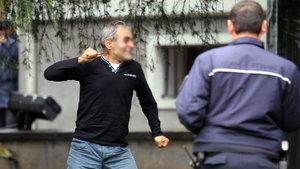 Bursa'da bir adam valilik önünde boğazına bıçak dayayıp intihar etmek istedi