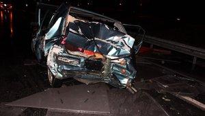 TIR'dan granit bloklar otomobil üzerine düştü: 1'i ağır 3 yaralı