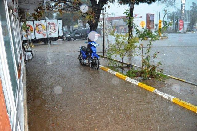 Balıkesir'de yağmur hayatı felç etti, bir mahalleye ulaşılamıyor