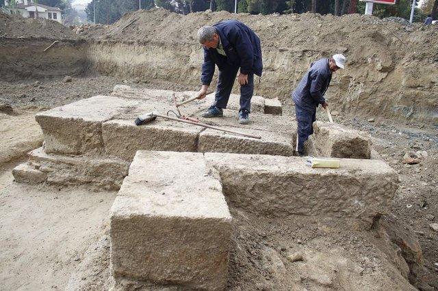Antalya'da yurt inşaatı kazısından antik mezar çıktı