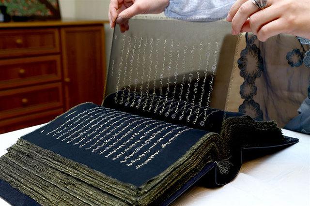 İpek üzerine altınla el yazması Kur'an görenleri büyülüyor!