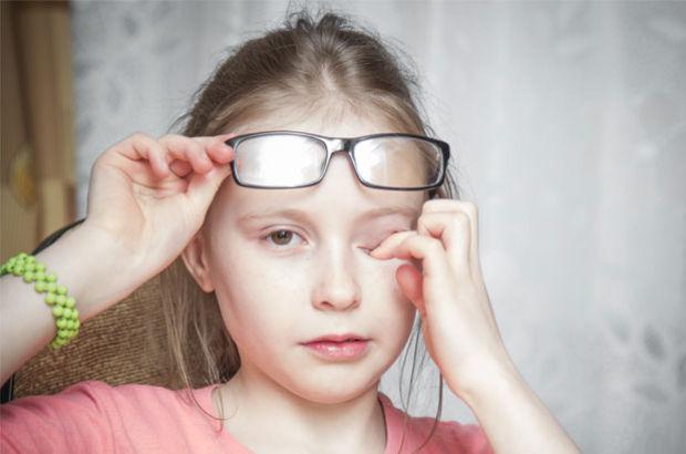 Çocuğunuz gözünü kısarak bakıyorsa dikkat!
