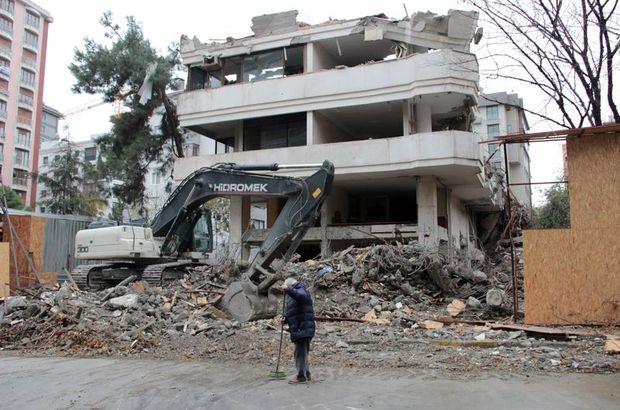 Kadıköy'de bir binanın duvarı çöktü