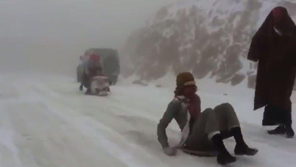 Suudi Arabistan'da çöle kar yağdı!