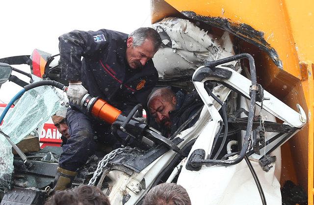 Ankara'da hafriyat kamyonu ile belediye otobüsü çarpıştı: 11 yaralı