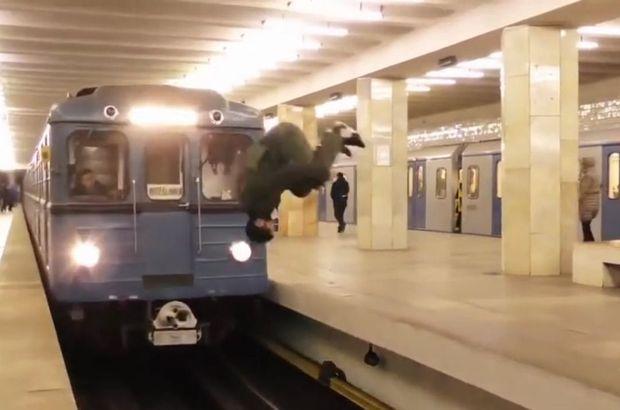Hareket halindeki metronun önüne geçti ve...