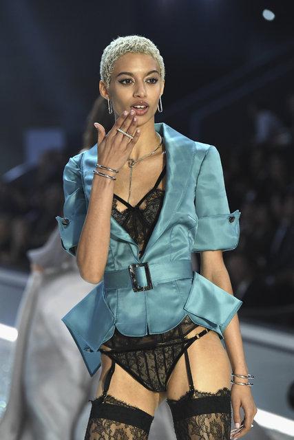 Victoria's Secret Fashion Show 2016 ile yeni koleksiyon görücüye çıktı!