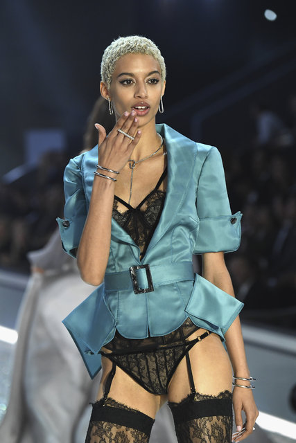 Victoria's Secret Fashion Show büyüledi!