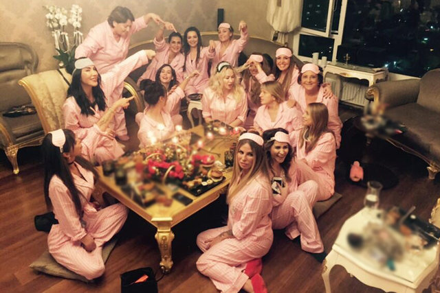 Aylin Coşkun, yeni yaşını evinde verdiği pijama partisiyle kutladı