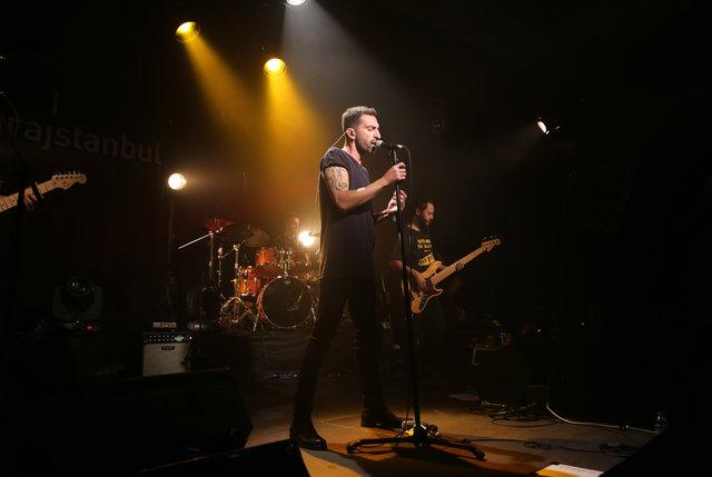 Erdem Yener, 3.5 yıl aradan sonra çıkardığı 'Çıplak' adlı yeni albümünün ilk konserini, önceki akşam garajistanbul'da verdi